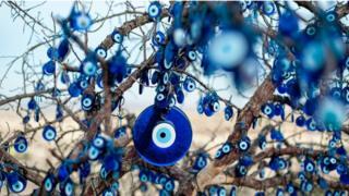 Árvore cheia de olhos turcos pendurada