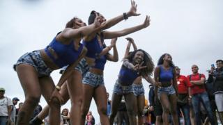 Dançarinas fazem graça perto da arena do vôlei, em Copacabana
