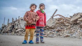 Девочки в почти разрушенном городе Мосул в Ираке