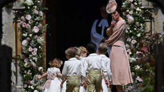 Герцогиня Кембриджская с дочкой и пажами