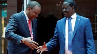 Raila Odinga (R) na Uhuru Kenyatta (L)