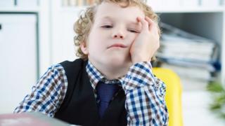 Niño aburrido en clase.