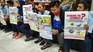 Para pegawai tol memprotes kewajiban transaksi nontunai di gerbang tol.