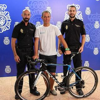 Malaga police with recovered stolen bicycle (13 September 2015)