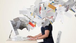 صورة تعبيرية لرسائل بريد كأنها تتطاير من شاشة كمبيوتر