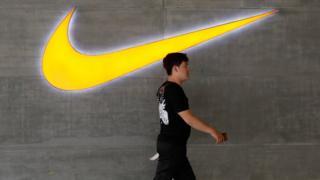 Житель Пекина на фоне логотипа Nike