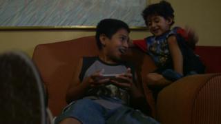 Brayan ríe con su hermano menor