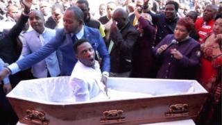 Le pasteur Alph Lukau prétend avoir ramené cet homme à la vie.