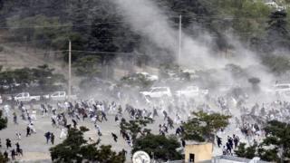 patlama sonrası insanlar cenaze töreninden kaçıyor.