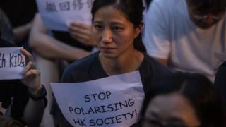女性示威者