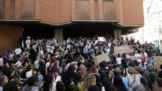 Kensington belediyesi önünde protesto