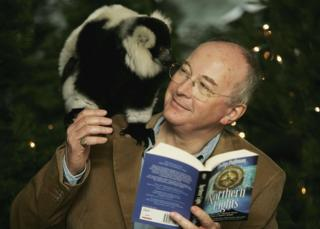 Philip Pullman con la portada de Northern Lights