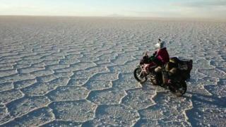 دختر ایرانی با سفر با موتورسیکلت به دور دنیا به آرزویش رسید