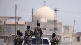 """عناصر من قوات """"سوريا الديمقراطية"""" في الرقة"""