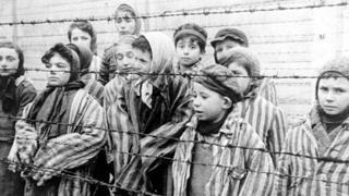 Foto de crianças no momento da libertação do campo de Auschwitz, em 27 de janeiro de 1945