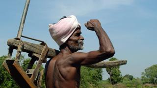 ஹைட்ரோ கார்பன்: தமிழக விவசாயிகள் குளத்திற்குள் இறங்கி அரை நிர்வாண போராட்டம்