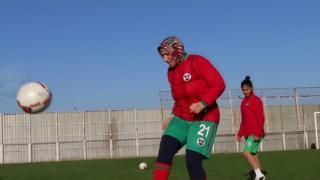 تعيش عزيزة في تركيا وتلعب مع فريق ديار بكر سبور أف سي