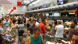 Consumidores em supermercado, em foto de arquivo