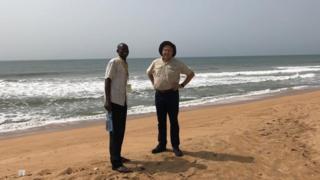 Laurentino e um guia local na praia de Ouidá, ponto de embarque de escravos no Benim, oeste da África
