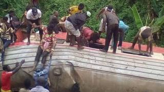 Vagón de tren volcado en Camerún