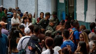 Venezolanos hacen fila para votar