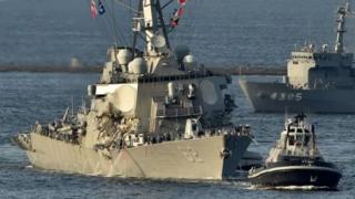 เรือของกองทัพสหรัฐฯ ลากจูงเรือพิฆาต ยูเอสเอส ฟิตซ์เจอรัลด์ ที่เสียหายกลับฐานทัพเรือโยโกสุกะ