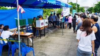 บรรยากาศที่คูหาเลือกตั้งในจังหวัดนนทบุรี เมื่อปี 2554