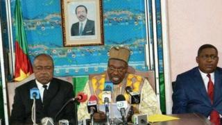 Le porte-parole du gouvernement camerounais Issa Tchiroma Bakary, au milieu, sur la photo.