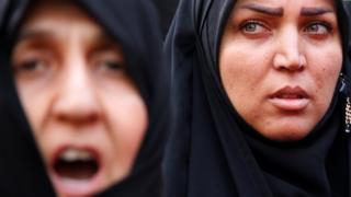 Iranianas gritam slogans anti-EUA e Israel em protesto em Teerã