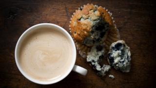 Muffin de arándano con un café