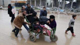مدنيون يفرون من مناطق القتال في الموصل