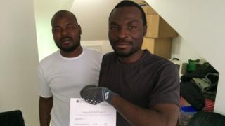 لاجئان من غانا