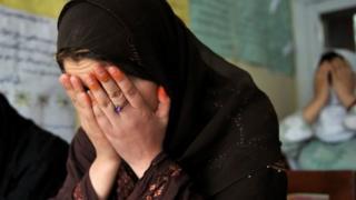 Kumannaan haweenka Afghanistaan u dhashay ayaa sannad kasta isku dayaya inay is dilaan