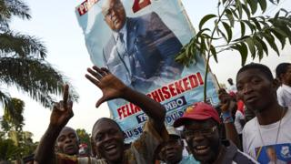 Supporters of DR Congo's opposition presidential candidate Felix Tshisekedi rally outside his party headquarters in Limete, Kinshasa, 9 January 2019