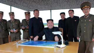 Ким Чен Ын наблюдает за испытаниями межконтинентальной баллистической ракеты 29 августа 2017 года