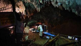 Trabajos al interior de la cueva.
