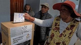 Una mujer votando en las elecciones en Bolivia