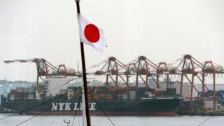 Грузовой корабль в порту
