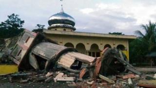 มัสยิดและอาคารบ้านเรือนหลายหลังในเมืองสิกลีบนเกาะสุมาตราพังถล่มลงมา