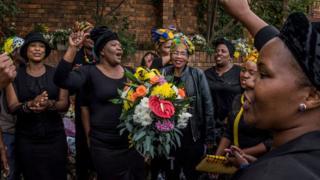 Des femmes observent le deuil au domicile de Winnie Mandela.