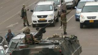 首都ハラレで交通整理をする兵士ら