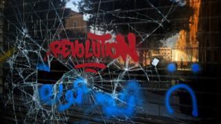 """نافذة محطمة كُتبت عليها كلمة """"ثورة"""" - 21 أكتوبر/تشرين الأول 2019"""