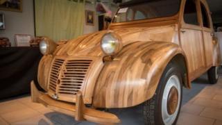 Цю модель Citroen 2CV змайстрували з деревини фруктових дерев. Чи можуть машини майбутнього містити дерев'яні деталі?