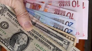 Euros y dòlares.