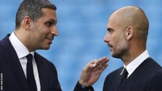 Khaldoon Al Mubarak, président de Manchester City (à gauche), et Pep Guardiola, l'entraîneur du club.