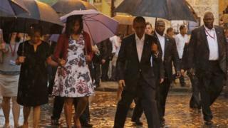雨のハバナに到着したオバマ一家(20日)