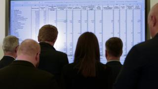 Gazeteciler ve siyasetçiler İskoçya'nın Edinburgh kentinde kurulan bir ekrandan seçim sonuçlarını takip ederken
