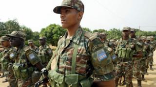 Un contingent de l'armée Cap-verdienne écoutant des instructions