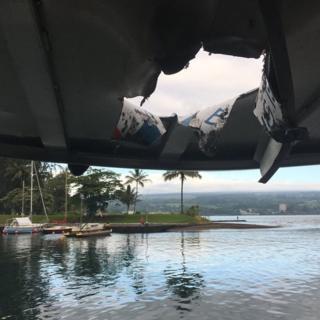 飛んできた岩によって観光船の屋根には大きな穴が開いた