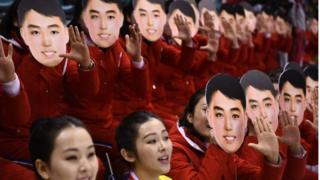 북한 응원단은 10일 남북 단일팀과 스위스의 여자 아이스하키 경기에서 가면을 사용한 응원을 펼쳤다